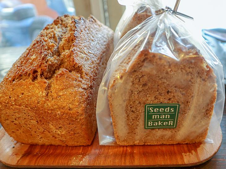 こちらはサワー種から作った全粒粉100%のドイツパン「ヴァイツェンブロート」1本800円