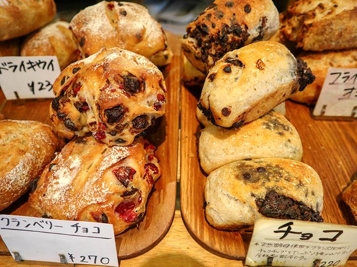 ゴロゴロとした素朴な全粒粉入りのパンに、ドライフルーツやナッツの自然な甘さがよく合う