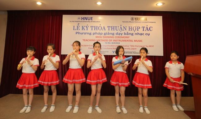 現地で展開するリコーダークラブで学ぶ小学生による演奏