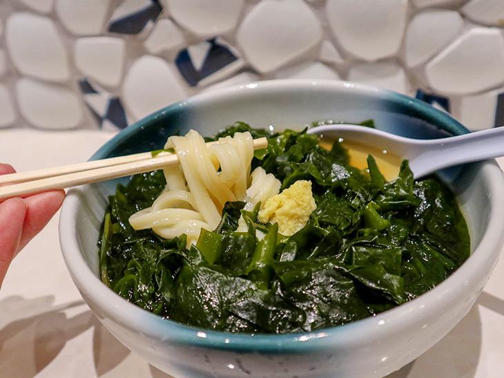 「かけわかめうどん」(800円)。わかめは日本一美味しいと言われる徳島県の鳴門里浦産。茎も入っていて、香り豊かで歯ごたえがよいのが特徴です