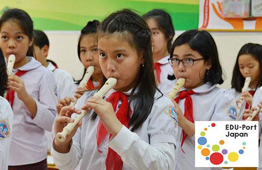 現地で展開する音楽クラブ活動での 小学生による演奏の様子
