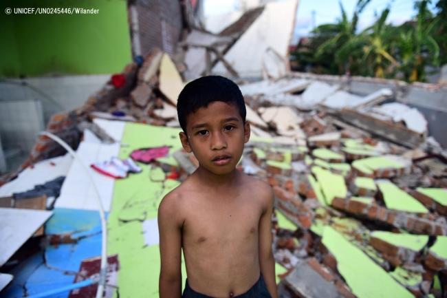 スラウェシ島のパルで、津波によって破壊された建物の前に立つ7歳の男の子。(2018年10月8日撮影)(C) UNICEF_UN0245446_Wilander