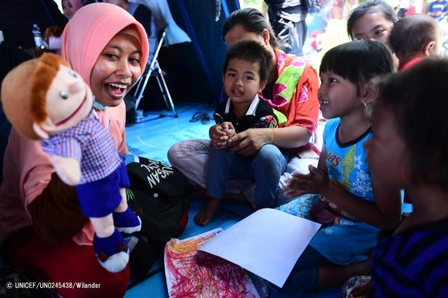 スラウェシ島のパルで、心理社会的ケアを受ける子どもたち。(2018年10月6日撮影)(C) UNICEF_UN0245438_Wilander