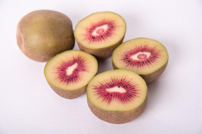 果肉の赤色が特徴的な「レインボーレッドキウイ」