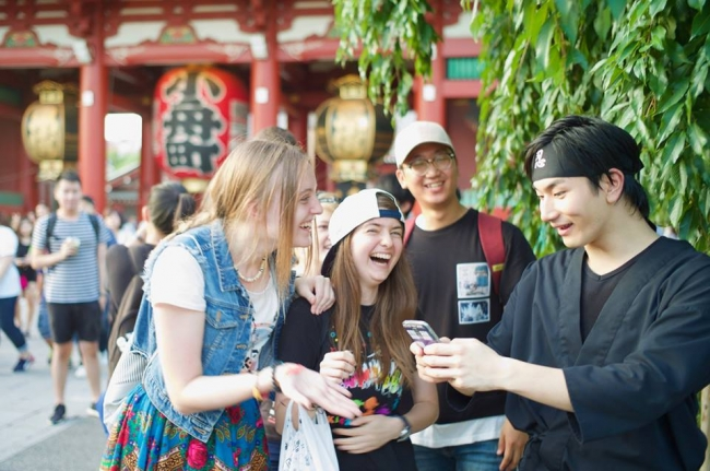 呼んだ忍者と街を歩いたり、プロのカメラマンに写真を撮ってもらうことも可能です。