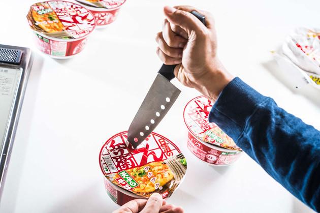 (2)刺す どん兵衛天そばの麺を湯切りして使うため、包丁でフタに穴を開けよう。包丁の持ち方に狂気を感じるが気にしないこと。空気の抜け穴も含めて、フタには穴3つがベスト