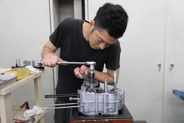本番用エンジンの組み立ては、武川の本社工場で熟練の組立工により行なわれた