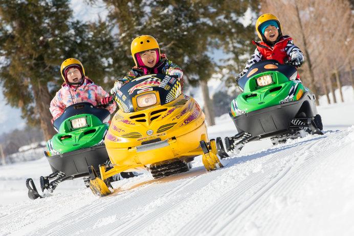家族で雪上レース気分を味わえると人気の「スノーモービル」。タングラムスキーサーカスでは5歳から乗車可能!