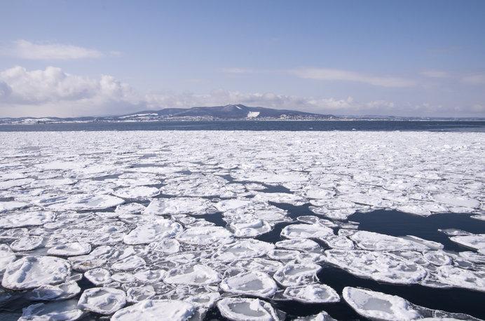 流氷の海から紋別を望む