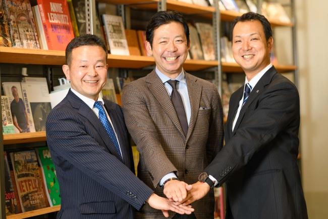 写真左からシェルフアソシエイツ代表取締役の坂口敬司、九州TSUTAYA代表取締役の鎌浦慎一郎、三好不動産ソリューション事業部・住宅流通事業部部長の堂脇善裕。