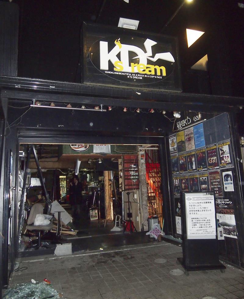 乗用車が突っ込む事故があったライブハウス=12日午後6時58分、千葉市稲毛区(共同)