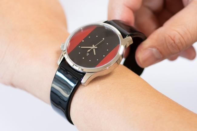 腕に着けているところ。商品は、Red&Black LINE