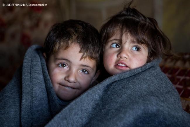 イラク北部の難民キャンプで、毛布にくるまる子どもたち。(C) UNICEF_UN02442_Schermbrucker