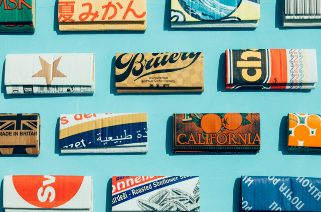 青果物や飲料などの、色とりどりの段ボールから作られる長財布。 中にはお札やカード類が入るようになっている