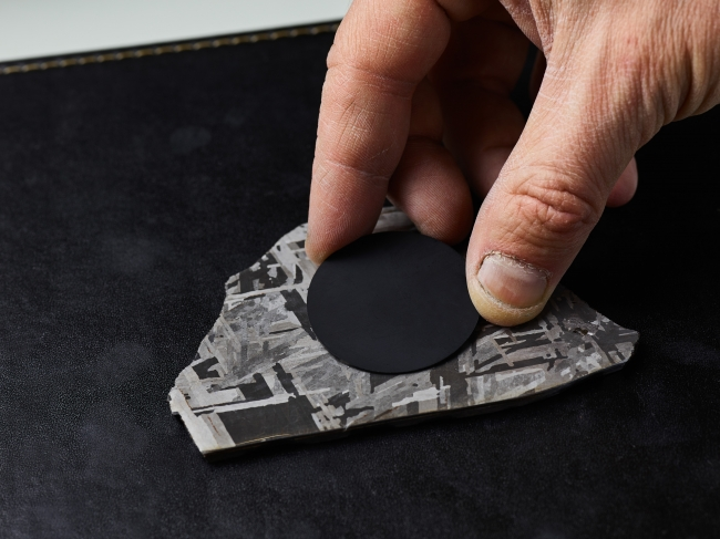 隕石(メテオライト)のどの部分を使うか選定している様子