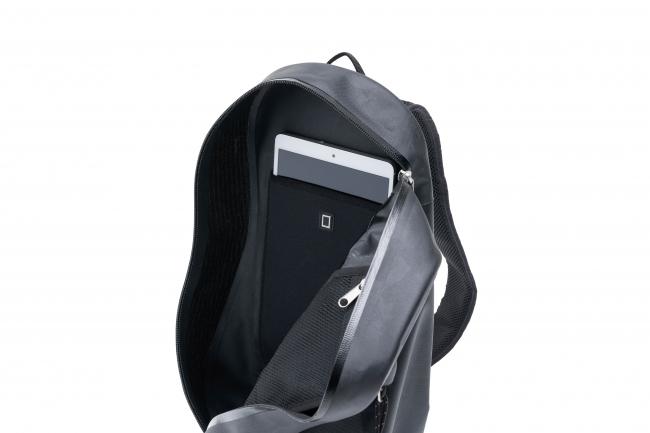 モバイル端末を収納できるポケット付き。