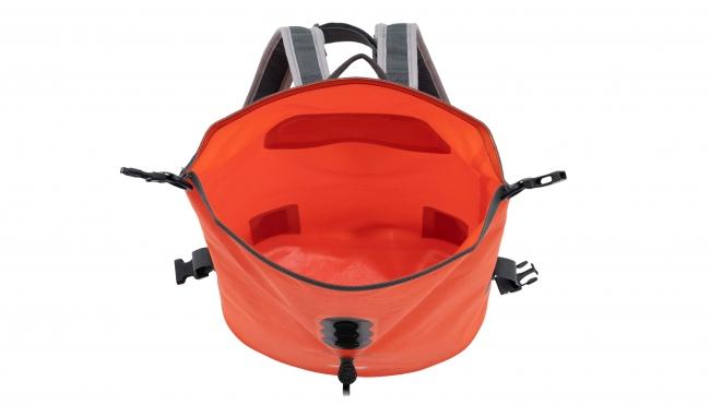 容量12Lサイズ。完全防水のため、荷物が濡れる心配なし。