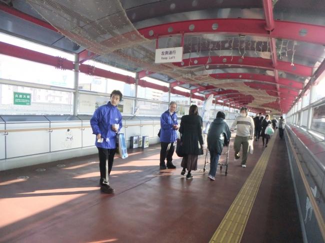 職員による啓発活動(写真は王寺駅)