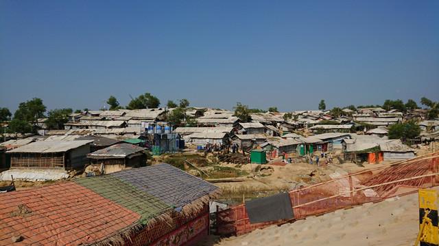 クトゥパロンの難民キャンプ。小高い丘に簡素な小屋やテントがびっしりと立ち並んでいる。環境は劣悪を極める