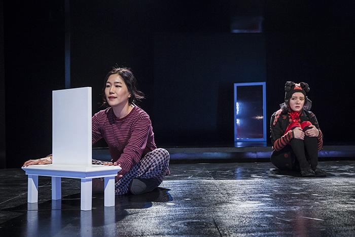 「鏡」 (C)Nah Seung-yeol, provided by National Theater Company of Korea ※前回公演より