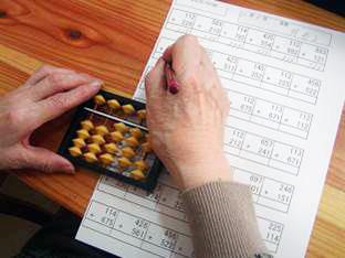 計算・書写等の「学習系」、投てきゲーム等の「ゲーム(スポーツ)系」を組み合わせたオリジナルプログラム