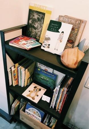 大人も子供も楽しめる本棚