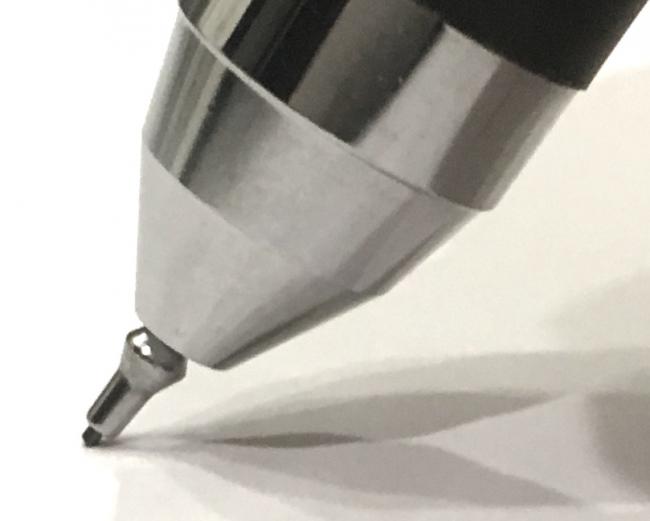 芯が折れないシャープペン (金属部品が出てきて芯をガード)