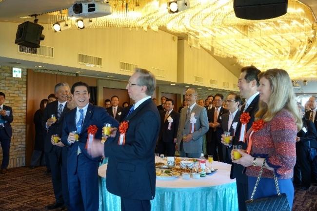 ▲歓迎の乾杯(中央:ガルージン大使)
