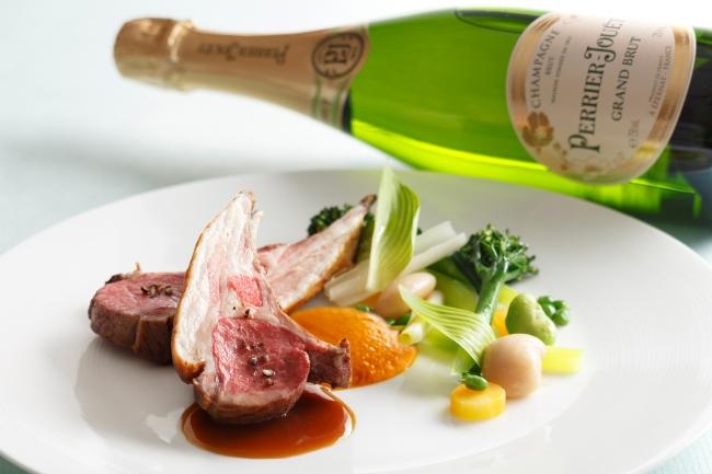 <肉料理> フランス ロゼール産仔羊背肉のロティとそのジュ                 白花豆と野菜のエテュヴェと春人参のピューレとともに