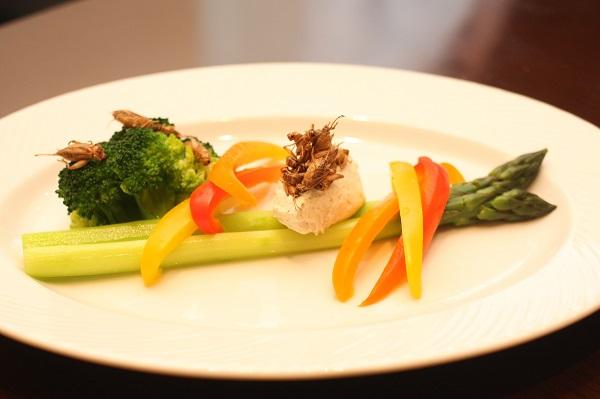 提供:アールオーエヌ/旬の野菜のコオロギクリームバーニャカウダー
