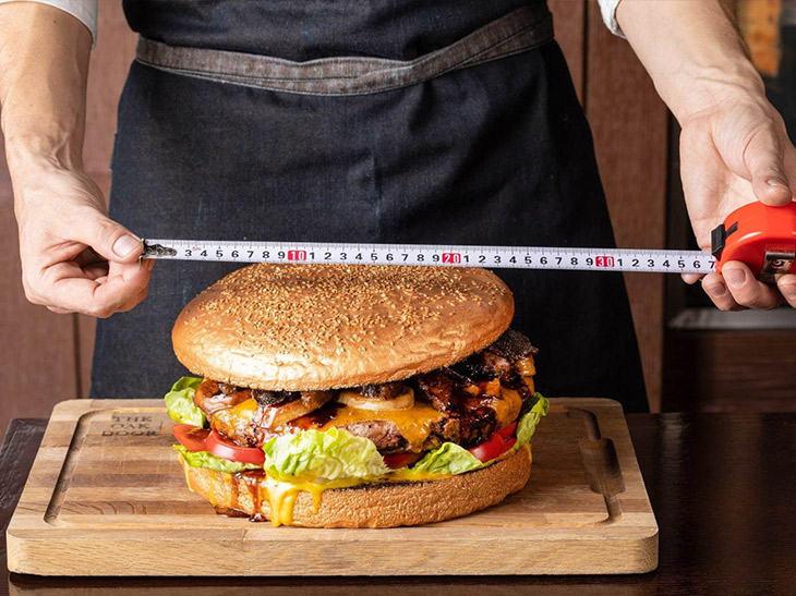 「ゴールデンジャイアントバーガー」は直径25cm、高さは15cm。総重量は何と3kg!で10万円