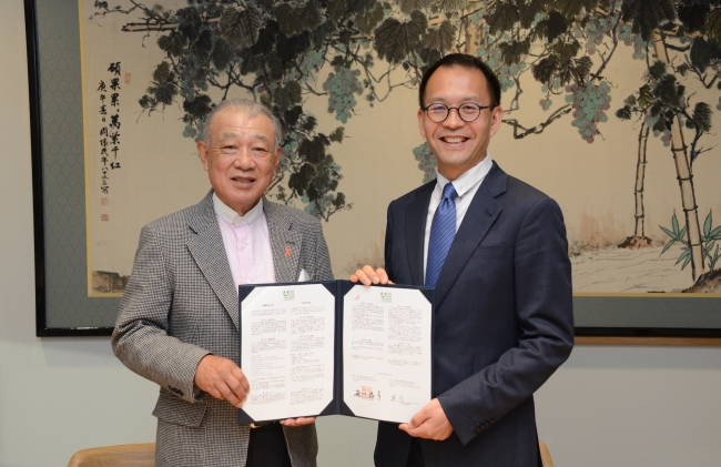署名式での日本財団の笹川(左)とチェン・ビー氏(右)/The Nippon Foundation Chairman Yohei Sasakawa (left) and Channing Bi (right) at the signing