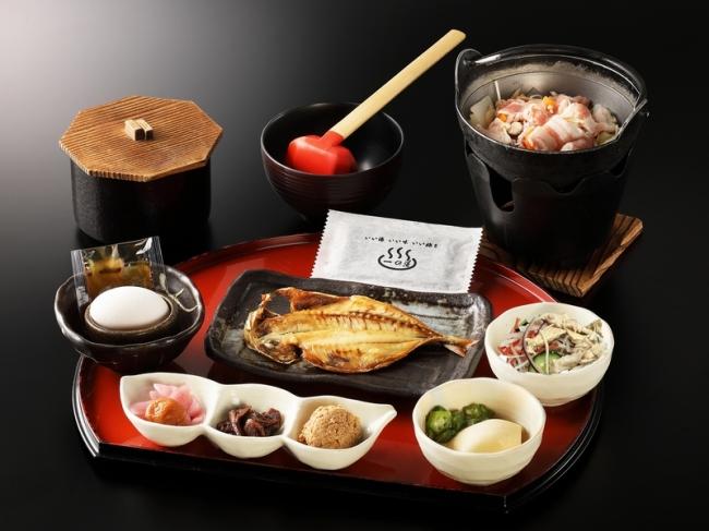 和食膳にヘルシーな生野菜のサラダを追加