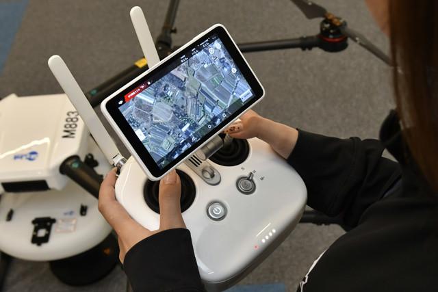 操縦はラジコンとほぼ同じ。プロポ(送信機)には、モニターがついていて、バッテリー残量などフライト情報が映し出される