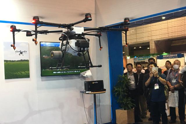昨秋、千葉・幕張メッセで開催された「国際次世代農業EXPO」で行なわれたMG-1のデモンストレーション飛行。ドローンがホバリングする様子を来場者が興味深く見守っていた