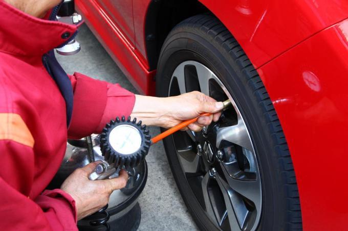 サイズや銘柄が同じでも異なるのはなぜ? タイヤの「指定空気圧」が車種によって違うワケ