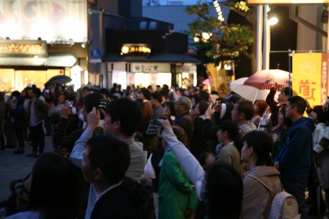 ゴールデンウィークを迎え、道後温泉本館前は大勢の人で活況を呈している