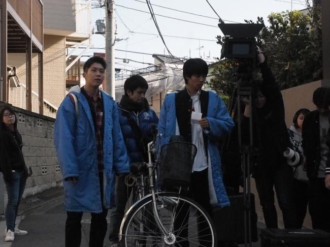 ロケの様子。左から、黒澤優介、安慶名晃規。