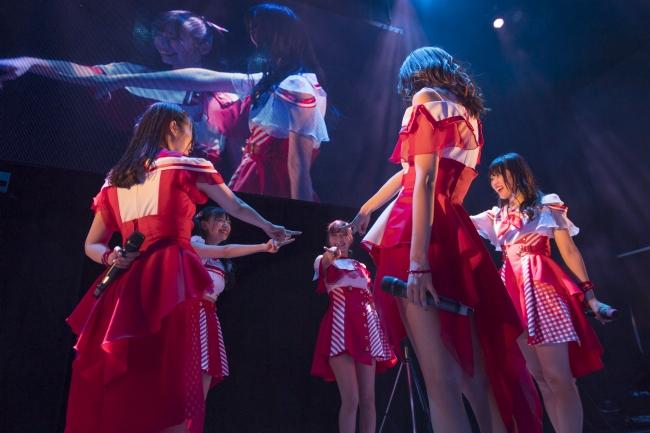 新曲「キミエモーション」では5人でグループ名にある☆マークを型取り結束の固さをアピール