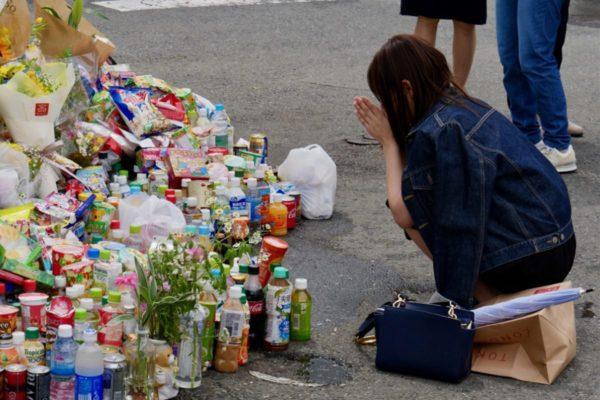 川崎刺殺事件、現場で手を合わせる女性