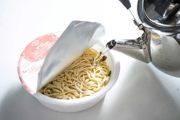 (1)注ぐ! 「どん兵衛 担担焼うどん」に熱湯を注ぎ、湯切りをしてソースを混ぜ、通常どおり完成させる。もちろんこのまま食べてもウマいが、ここからさらに超シビ辛アップデート!