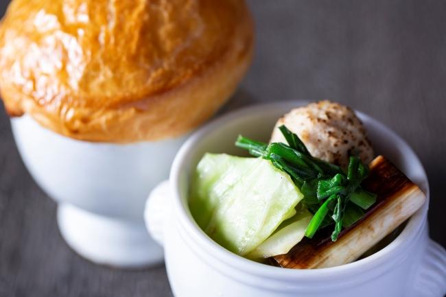 ▲名古屋コーチンのつみれを使用し福岡県の水炊き風に仕上げたパイ包みスープ
