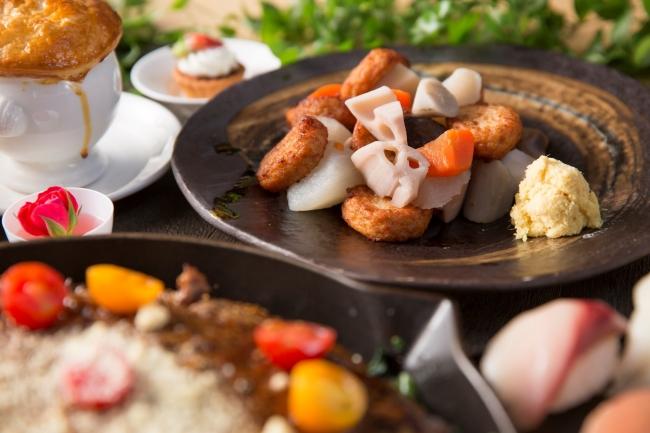 """▲鹿児島県の名産""""薩摩あげ""""と黒七味、野菜がたっぷり入った煮込み料理"""