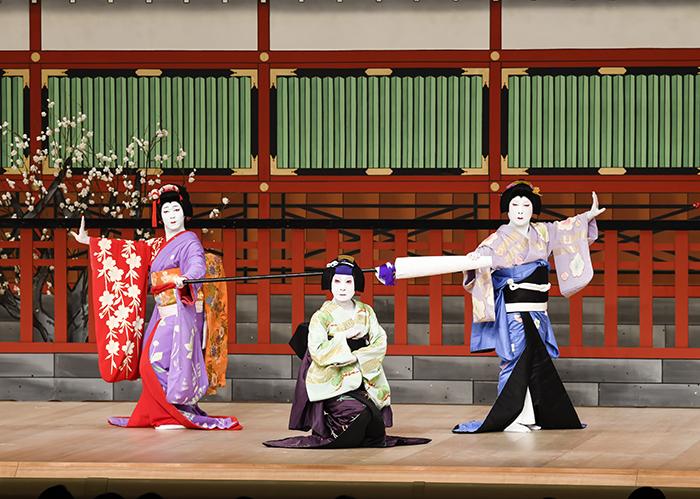 『女車引』左から、八重=中村児太郎、千代=中村魁春、春=中村雀右衛門