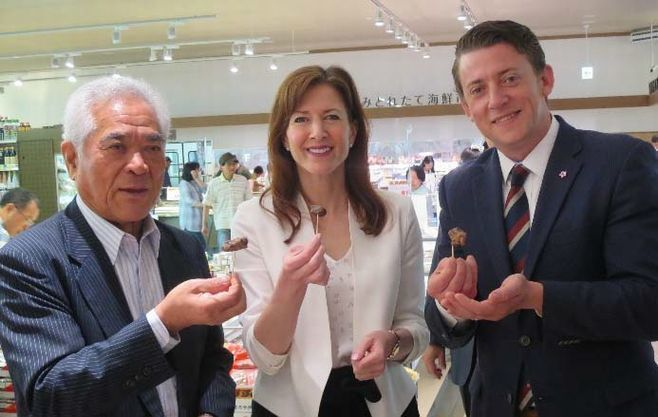 左からサンベルクス鈴木社長、タニア・ファー大臣、アンドレ・コーボールド次官