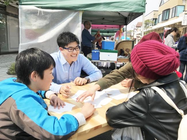 こゆ財団では毎月第三日曜に開催しているマルシェ「こゆ朝市」を学びと交流の場と位置づけ、県内外の大学生に自ら考えた商品やサービスの実証の場を提供しています。
