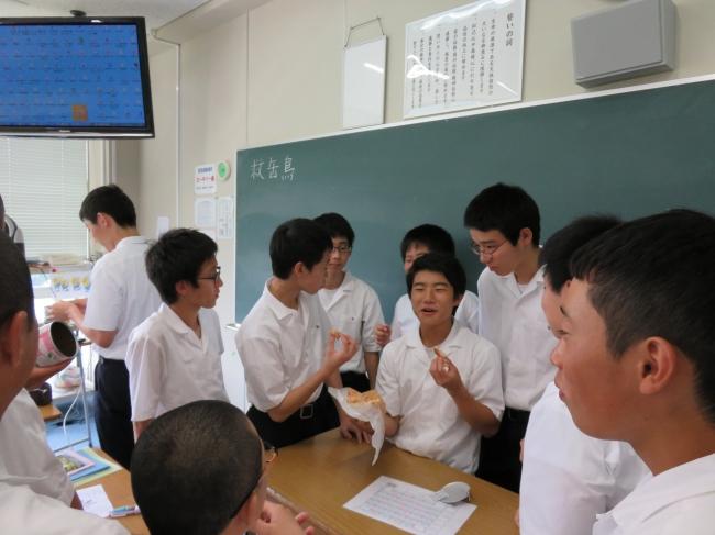 パンの缶詰を試食する生徒たち