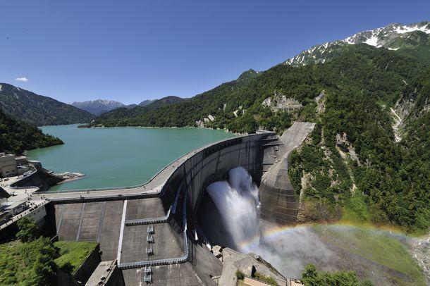 標高1,508mのダム展望台から、美しいアーチ型の黒部ダムとエメラルドグリーンに輝く黒部湖、後立山連峰の一大パノラマが眺められる。