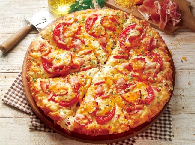 <黄金チーズと贅沢4種ハムのピザ>              Mサイズ2,480円(税抜)、Lサイズ3,880円(税抜)