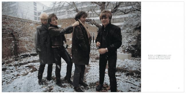 寒い雪の日、まだ20歳ぐらいの若いU2のメンバーがはしゃぐ。